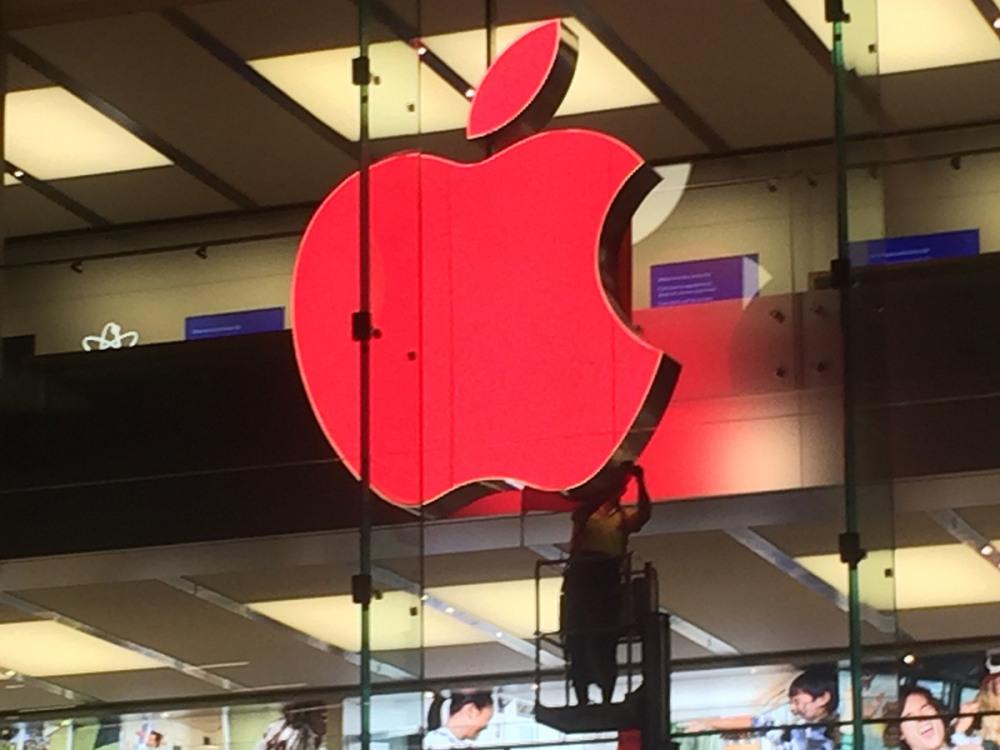 red-apple-logo-retail-store