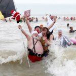 Традиционное новогоднее купание в Северном море: 4500 участников и 10 000 зрителей