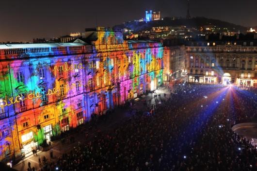 526e6b5ae8e44ee8e1000600_light-matters-europe-s-leading-light-festivals_lyon_ondiraitque-spectaculaires-fetedeslumieres2008-murielchaulet-530x352