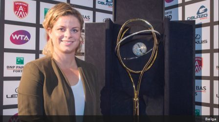 Kim-Clijsters-with-Diamond-trophy